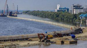 Salah satu sudut pembangunan tanggul laut di Kawasan Muara Baru, Jakarta. (ANTARA FOTO/Galih Pradipta)