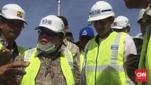 Wagub DKI Jakarta Sandiaga Uno (kedua dari kanan) bersama Menteri Badan Perencanaan Pembangunan Nasional (Bappenas) Bambang Brodjonegoro (kedua dari kiri) meninjau pembangunan tanggul laut di Kalibaru, Cilincing, Jakarta Utara, 8 Desember 2017. (CNN Indonesia/Tiara Sutari)