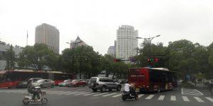 Semua kendaraan di Hangzhou, China, berjalan pada jalurnya. Tak ada saling serobot atau mengambil jalur yang bukan haknya.(Hilda B Alexander/Kompas.com)